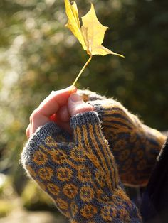 Cotton Reel Mittens... Need for pinning on my iPhone outside! Ha!