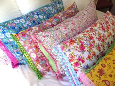 Funda almohada boho, con flores tonos rosados y lilas, lunares rosa y blanco y detalle ribete pom pom azul pálido, hecha a medida. www.wikipillow.es // Flowers pillowcase collection with pom pom trim. Shop at www.wikipillow.com