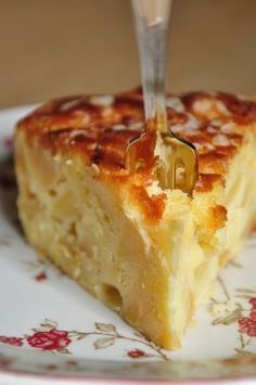 Gâteau madeleine aux pommes : 150 g de farine à gâteau (= avec levure incorporée), 120 g de beurre mou, coupé en dés, 100 g de sucre en poudre, 4oeufs, les zestes finement râpés de 2 citrons, 1 pincée de sel, 40 g de sucre perlé, 800 g de pommes, le jus d'un citron