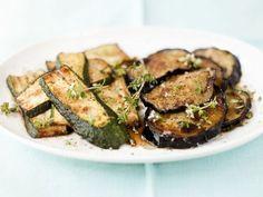 Gebratene Zucchini- und Auberginenscheiben ist ein Rezept mit frischen Zutaten aus der Kategorie Fruchtgemüse. Probieren Sie dieses und weitere Rezepte von EAT SMARTER!