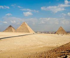 Las piramides  con  la  ciudad  El  Cairo  al  fondo