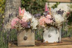 Cajones con flores para la decoración personalizada de todo tipo de eventos, particulares o de empresa, en tonos rosas y blancos, en esta ocasión para una boda en el campo.  #Cajones #flores #decoración #eventos, #particulares #empresa #rosas #blancos#boda #campo
