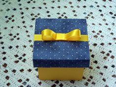 caixa de mdf , com base pintada de amarelo por dentro e por fora, impermeabilizada , tampa revestida com tecido azul de poá amarelinho, finalizado com uma fita de cetim amarela num lindo lacinho Chanel  O tempo de produção varia de acordo com a quantidade pedida.