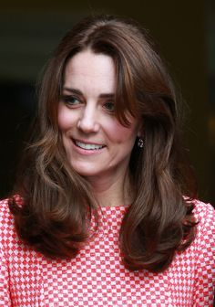Catherine, Duchess of Cambridge visits the mentoring programme of the XLP project, London Wall on March 2016 in London, England. XLP supports young people who are facing emotional, behavioural and relational challenges. XL-Mentoring programme since Kate Middleton Skirt, Kate Middleton Photos, Kate Middleton Style, Kate Middleton Prince William, Prince William And Kate, William Kate, Queen Kate, Princess Kate, Princess Charlotte