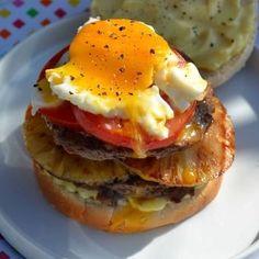 Hamburger australien à l'ananas grillé et oeuf sur le plat