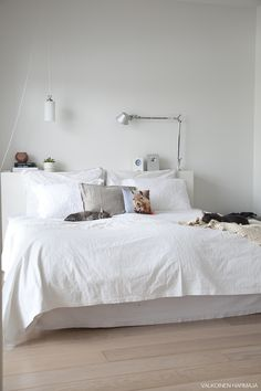 Shelve the Issue: Shelf Headboards White Rooms, White Bedroom, Headboard With Shelves, Minimal Bedroom, Room Inspiration, Interior Inspiration, Closet Bedroom, Eclectic Decor, Furniture Styles