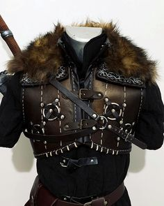 My Grandmaster Ursine armor is ready for a new photoset (here It's not yet weathered). Viking Armor, Larp Armor, Medieval Armor, Witcher Armor, Pretty Outfits, Cool Outfits, Armor Clothing, Leather Armor, Armor Concept