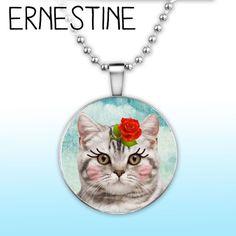 Spiegeltje spiegeltje aan de wand, wie is de mooiste van het land? Ernestine natuurlijk! Haartjes gekamd, bloemetje erin, neusje gepoederd, en dan hup! Naar buiten, paraderen maar voor de buurtkat. Ernestine is onderdeel van onze  Leipe Poezen collectie, en komt maar wat graag aan je nek hangen. Liefs van Ernestine