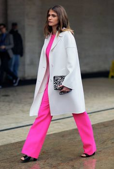 Street style: Neon pink at NYFW Fall 2012 Let's start with the always stunning, beautiful, Elisa Sednaoui in a neon pink jumpsuit and white coat. New York Street Style, Street Style Trends, Autumn Street Style, Street Chic, Pink Street, Nyfw Street, Elisa Sednaoui, Neon Outfits, Pink Suit