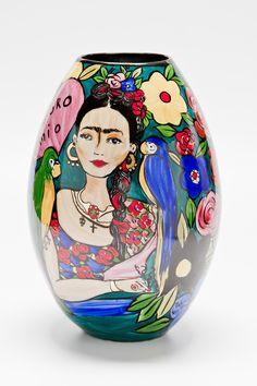 Vaso Decorativo de Porcelana pintado à mão. Medidas: 26 x 26 x 38 cm (comprimento x largura x altura)    #handmade #porcelana #porcelanadecorada #porcelanapersonalizada #decoração #decor #pintadoamão #feitoamão #brasil #brazil #homedecor #porcelain #FridaKahlo #Frida