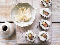 Sushi muss nicht immer teuer sein. Mit diesem und weiteren unserer Sushi-Rezepte, kann man die japanischen Röllchen einfach selber machen: Lachs-Sushi mit Avocado und Sesam mit gerade mal 235 Kcal. #sushi   (Für Rezept einfach klicken)