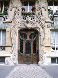 Situated in the 7th district of Paris, Avenue Rapp, number 29 - or the Lavirotte Building as it is known – is a lasting testament to its creator, architect Jules Aimé Lavirotte.