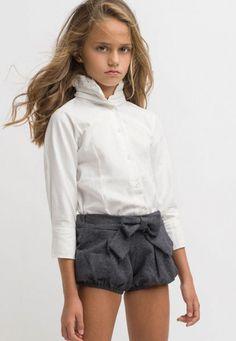 Short lazo en gris y camisa con cuello ahumado para niña