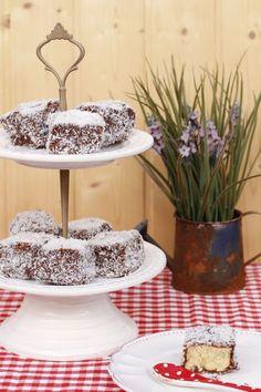 Lamingtons (suave bizcocho con glaseado de chocolate y coco)