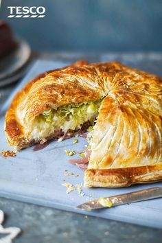 Turn tasty cauliflower cheese into a showstopping vegetarian main with this pithivier recipe. Perfect for an alternative Christmas dinner or special occasion, this veggie pie has layers of balsamic onions, rich, cauliflower cheese and sweet leeks, all wra Vegetarian Christmas Recipes, Vegetarian Recipes, Cooking Recipes, Vegetarian Benefits, Tasty Cauliflower, Balsamic Onions, Tesco Real Food, Veggie Recipes, Recipes Dinner