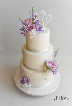 Ever thought of baking and decorating your own wedding cake. DIY wedding cake sounds like a challenge but seems to be super exciting. These wedding cake tut Make Your Own Wedding Cakes, Diy Wedding Cake, Fondant Wedding Cakes, Unique Wedding Cakes, Beautiful Wedding Cakes, Wedding Cupcakes, Beautiful Cakes, Diamond Wedding Cakes, Foto Pastel