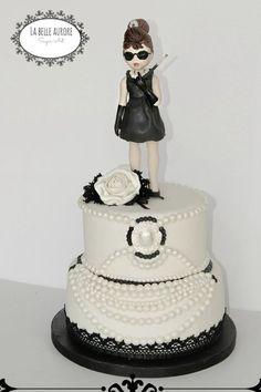 Breakfast at Tiffanys audrey hepburn cake Gorgeous Cakes, Pretty Cakes, Cute Cakes, Amazing Cakes, Audrey Hepburn Cake, Audrey Hepburn Birthday, Tiffany Cakes, Tiffany Party, Tiffany Theme