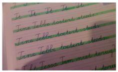 Met alle hulplijnen in een schrijfschrift van groep 3, 4 of 5, kan het voor sommige kinderen nog verwarrend zijn op welke regel ze nu eigenlijk moeten schrijven. Om het voor hen gemakkelijker te maken, markeer ik het middelste deel van de linieëring. Creative Teaching, Creative Art, Fun Learning, Sheet Music, Classroom, Math Equations, Lisa, School, Writing