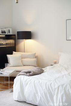 Makuuhuoneen muutos -postaus Yksiö kuin hotellihuone saa jatkoa ns. lukunurkkauksen esittelyllä. Jos nyt sitä kun kääntää katseensa hitusen vasemmalle nyt kutsua olohuoneeksi, mutta sitä tilaa kyseinen nurkkaus yksiössäni kuitenkin edustaa. …