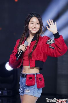 Bomber jackets have become a popular trend in the past year. Check out these photos of K-pop idols rocking some edgy and fashionable bomber jackets! Kwon Mina, Fnc Entertainment, Seolhyun, Kpop Girls, Bellisima, Girl Group, Korean Fashion, Bomber Jacket, Lingerie