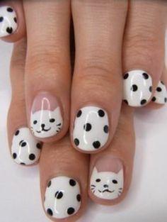 diseños-de-uñas-con-gatos-en-blanco-y-puntos-negros