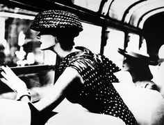 Lillian Bassman, a photographer most known for her black and white fashion pictures passed away earlier this year in February and I had been holding on to the obit link from the New York Times. Moda Retro, Moda Vintage, Vintage Mode, Vintage Art, Foto Fashion, 1950s Fashion, Fashion Art, Dress Fashion, Fashion News