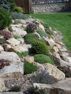 Steingarten 15 Amazing Rock Garden Design Ideas Tools Every Do-It-Yourself Landscaper Needs Article Rockery Garden, Sloped Garden, Garden Paths, Garden Beds, Landscaping With Rocks, Front Yard Landscaping, Landscaping Ideas, Mulch Landscaping, Florida Landscaping