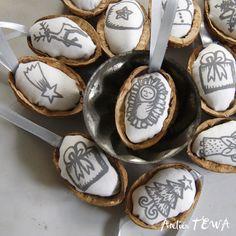 Vánoční ozdoby z ořechů - sada 7 ks Sada 7 ks vánočních ozdob na stromeček. Vyrobena ze skořápek ořechů. Dejte vašeho stromku nádech ručně vyrobených ozdob v tradičních barvách. Vhodné i pro vánoční výzdobu bytu. Popis: Látka v ořechových skořápkách je ruční tisk sítotiskem, každá ozdoba má pevně přidělanou stužku pro zavěšení. Sada je zabalena v ...