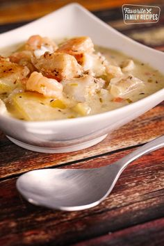 Thick and Hearty Seafood Chowder is full of savory flavor! Seasoned fish, tender potatoes and a creamy broth make this the best seafood chowder ever! Chili Recipes, Fish Recipes, Seafood Recipes, Cooking Recipes, Healthy Recipes, Jamaica Recipes, Cooking Fish, Cooking Steak, Cooking Turkey