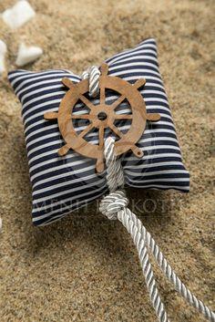 Μπομπονιέρα βάπτισης για αγόρι μαξιλαράκι αρωματικό ριγέ λευκό-μπλε με διακοσμητικό ξύλινο τιμόνι Ceinture Paracord, Beach Stores, Baby Shower Souvenirs, Ring Pillows, Baptism Favors, Nautical Party, Seashell Art, Sea Theme, Baby Sewing