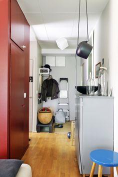 Sisustusarkkitehti Pirkko Kaartinen remontoi perimästään kaksiosta itselleen kekseliäitä ratkaisuja täynnä olevan kodin. Remontin kenties suurin oivallus on asunnon keskelle rakennettu säilytyselementti. Tällä puolella kontti kätkee sisälleen lankakoreja ja hyllyjä ja vanhat ovet on hyödynnetty. Eteisen avonaulakko on nettikaupasta, laukkupenkin Pirkko on suunnitellut vuosia sitten asuntomessutaloon.   Foto: Jaanis Kerkis Entrance, Cabinet, Storage, Closet, Furniture, Home Decor, Deco, Clothes Stand, Purse Storage