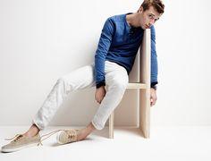 Acheter la tenue sur Lookastic: https://lookastic.fr/mode-homme/tenues/pull-a-col-rond-bleu-pantalon-chino-blanc-tennis-beiges/20532   — Pull à col rond bleu  — Pantalon chino blanc  — Tennis beiges