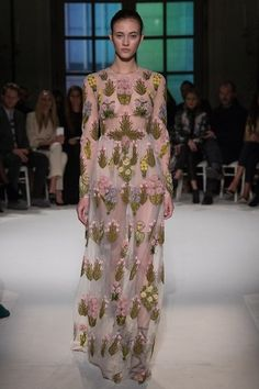 View the full Giambattista Valli Spring 2017 couture collection.