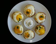 At 2 g carbs per serving, these eggs muffins are very convenient, easy to make and easy to eat Banting Breakfast, Breakfast Recipes, Tim Noakes Diet, Recipies, Low Carb, Eggs, Muffins, Food, Recipes