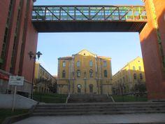 bridge between administrative buildings - Hledat Googlem Buildings, Bridge, Louvre, Mansions, House Styles, Travel, Home, Decor, Walkways