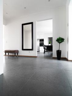 Köp Nordik Coal Svart - Stenbolaget Slate Flooring, Concrete Floors, Black Slate Floor, Tiled Hallway, Home Garden Design, Home Spa, House Entrance, Modern Interior Design, White Walls