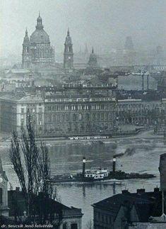 1934. A Tudományos Akadémia előtt a Dunán a Tas gőzős