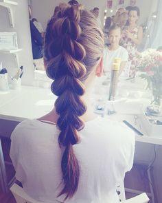 Dzień dobry w poniedzialek! Uwielbiam takie powolne poranki jak dziś - w nagrodę za wczesną pobudkę w niedzielę nie nastawilam dzis budzika Za oknem świeci słońce do pełni szczęścia brak tylko dobrej kawy... więc lecę   Miłego dnia! #hello #monday #dziendobry #tobedziedobrydzien #slow #morning #hairstylistlife #loveit #ilovemyjob #warkocz #dziewczyna #wlosy #wlustrze #portrait #hairphoto #mirror #hairartist #polishgirls #brunette #art #style #fashion #hair #ideas #inspiration #lovebraids…