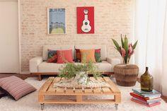 sala com tijolinho e mesa de centro feita com pallets