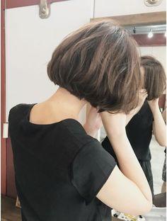 ルーファス 恵比寿 渋谷(Ruufus) ふとした仕草が綺麗な大人の前下がりボブ【Ruufus恵比寿渋谷】 Short Hair Tomboy, Asian Short Hair, Short Curly Hair, Short Hair Cuts, Cut My Hair, Love Hair, Medium Hair Styles, Short Hair Styles, Short Hair Trends