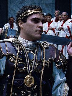 "Joaquin Phoenix en ""Gladiator"" Gladiator Maximus, Gladiator Movie, Joaquin Phoenix Gladiator, Joaquin Phoenix Young, Phoenix Costume, Brad And Angelina, Estilo Disney, River Phoenix, Movies"