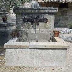 Belle fontaine ancienne en pierre avec fronton et coquille Régence Fountain, Provence, Outdoor Decor, Home Decor, Gardens, Garden Mural, Big Top, Shell, Wrought Iron