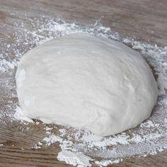 1. Smula ner jästen i en bunke. Tillsätt vattnet och blanda tills jästen lösts upp. Tillsätt salt, rapsolja och vetemjöl, lite i taget. Blanda ihop allt till en smidig deg och knåda den i några minuter. Låt degen jäsa under bakduk i ca 40 min. Bread, Food, Brot, Essen, Baking, Meals, Breads, Buns, Yemek