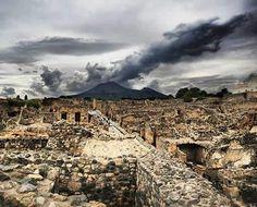 Ruinas de Pompeya con el Vesubio al fondo   historiageneral.com