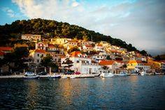 """BRAČ, CROAZIA.Nell'arcipelago spalatino, è l'isola degli scalpellini che lavorano la pietra bianca locale.Un mix di storia e natura particolari caratterizza da sempre l'isola più """"alta"""" del mar Adriatico (778 metri del monte San Vito)."""