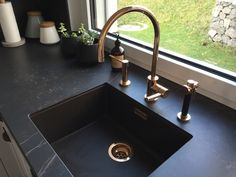 Our new kitchen taps in rosé gold from Dornbracht- I simply love them. It is deffinitely the heart of our kitchen. Soapstone Counters, Kitchen Countertops, Kitchen Appliances, Soapstone Kitchen, Kitchen Interior, New Kitchen, Kitchen Ideas, Pantry Ideas, Cheap Kitchen