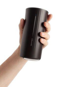 「Vessyl」は、内蔵した電子センサーで注がれた飲み物の種類を判別するだけでなく、成分を分子レベルで解析し、中に含まれるたんぱく質、脂質、カロリー、砂糖、カフェインの量などをカップの表面に表示してくれます。