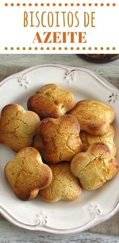 Simple and quick, these biscuits have a delicious olive oil aroma. Don't waste time and prepare them now! Olive Oil Biscuits, Sweet Recipes, Cake Recipes, Morrocan Food, Christmas Biscuits, Small Desserts, Portuguese Recipes, Biscuit Recipe, Tray Bakes