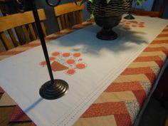 Toalha em linhão, bordado livre e virada de agulha, detalhes em trança caipira, inspirada numa revista de patch australiana.