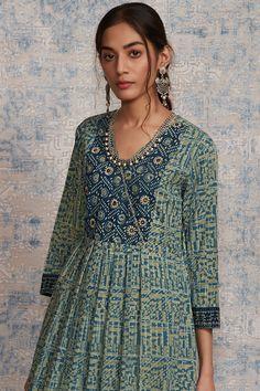 Simple Kurti Designs, Salwar Designs, Kurta Designs Women, Casual College Outfits, Casual Indian Fashion, New Designer Dresses, Neck Designs For Suits, Kurta Neck Design, A Line Kurta